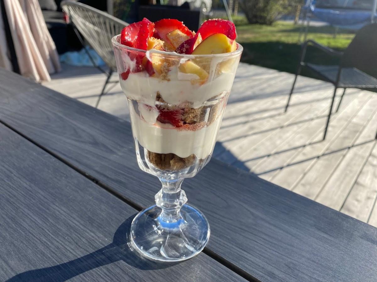 Cheesecake i glas med jordgubbar o nektarin