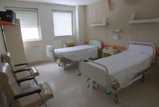Cierre de plantas enteras y cientos de camas en hospitales de Vigo y Salamanca durante el verano por los recortes