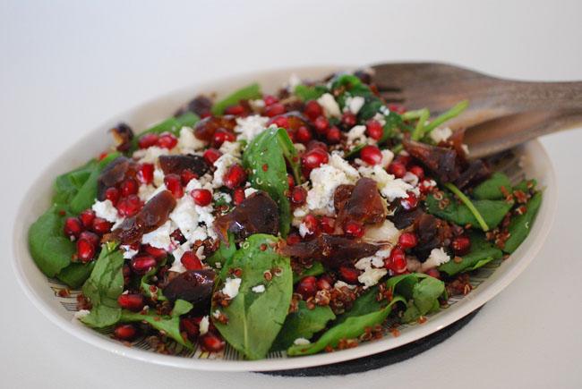 Quinoasallad-med-granatäpple-fetaost-och-färska-dadlar
