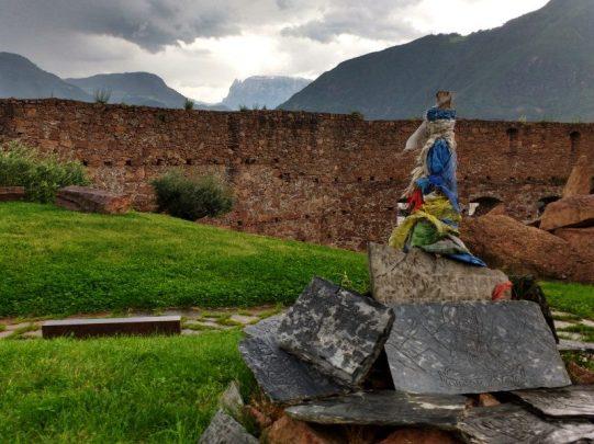 fremde-Kulturen-in-alten-Mauern-von-Sigmundskron-Bozen