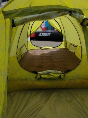 Die Luftmatratze ist im Zelt integriert