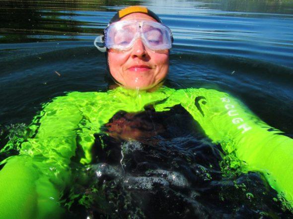 Relaxtes Planschen im eiskalten See