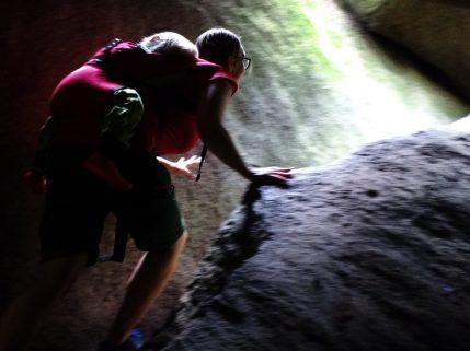 Zwischen Felsen klettern