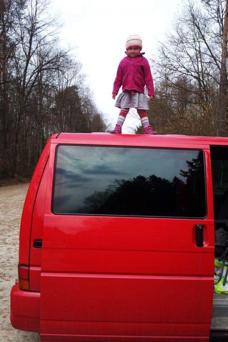 Kinder stehen auf VW Bus T4 Multivan