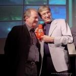 """Magnus och Brasse visar upp sitt Fia-pris de fått för den hejdlösa barntiteln """"Fem myror är fler än fyra elefanter"""""""