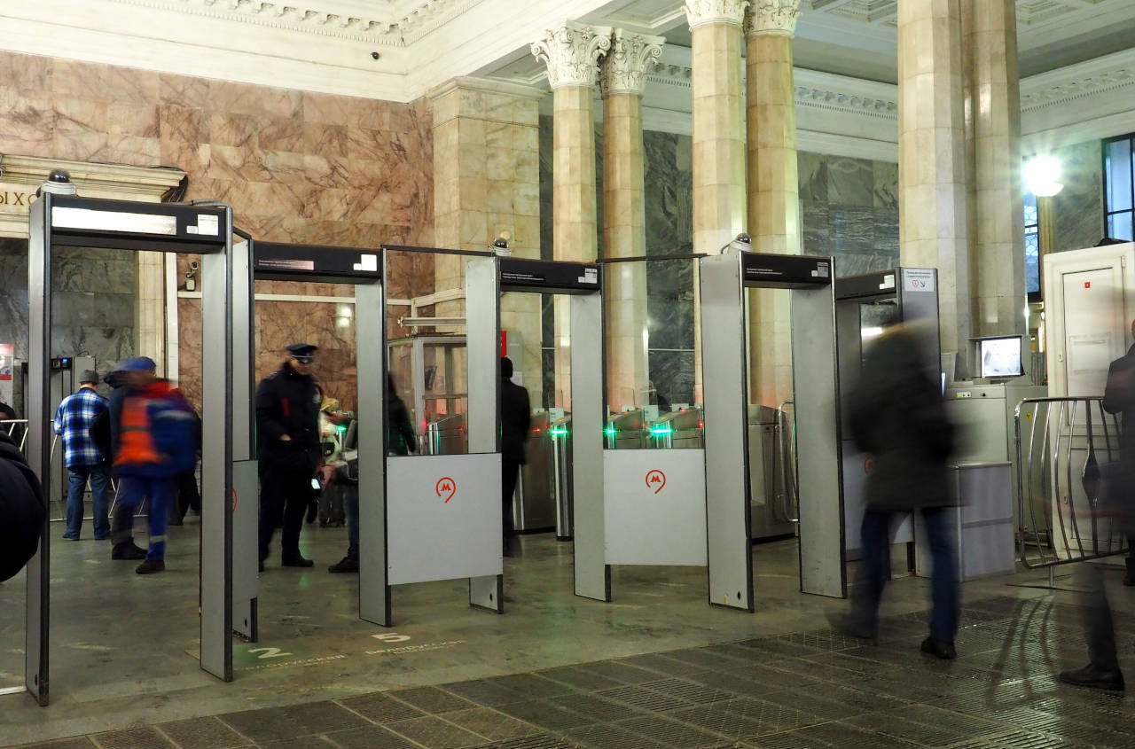 地下鉄入り口に設けられた金属探知機のゲート。内側に制服姿の係員が見える。当然、ゲートはすべての入り口に設置されている、モスクワ、2019.12.18. © Matsuda Masahiro