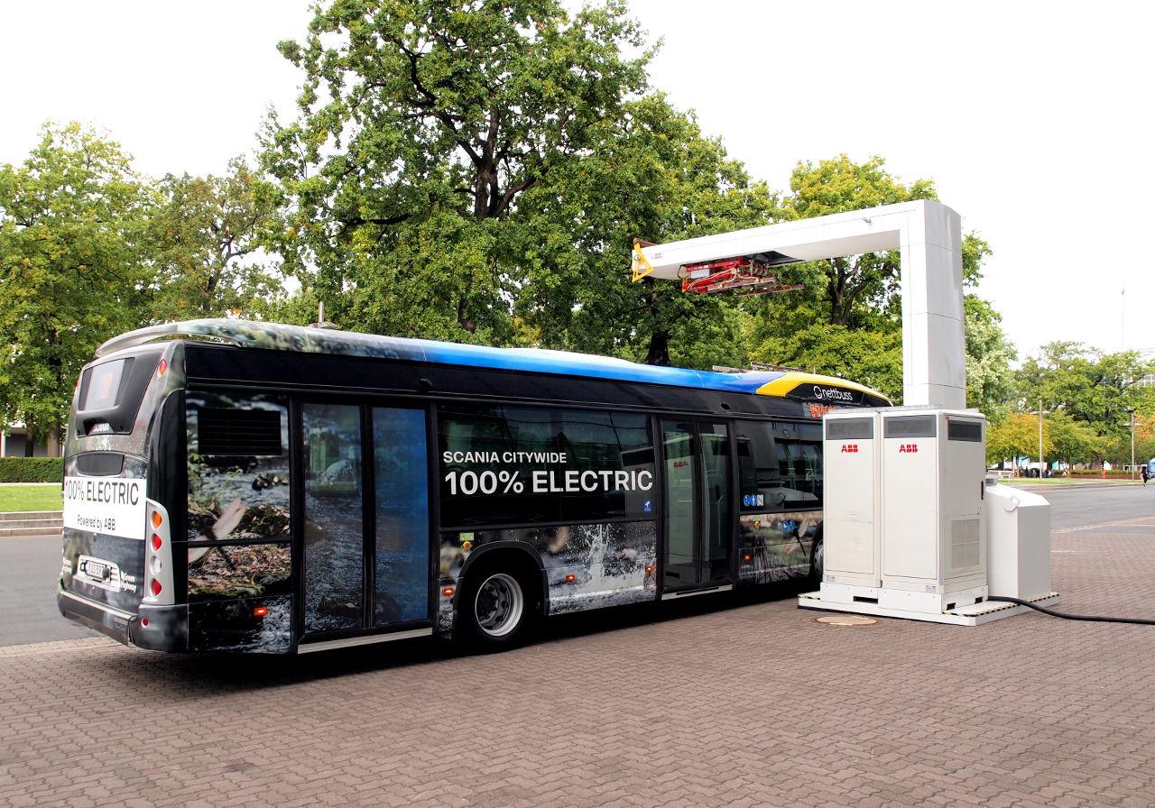 充電装置の脇に停車したスカニアのEV路線バス。屋根の上の装置を使うが 、充電は停車中に行う © Matsuda Masahiro