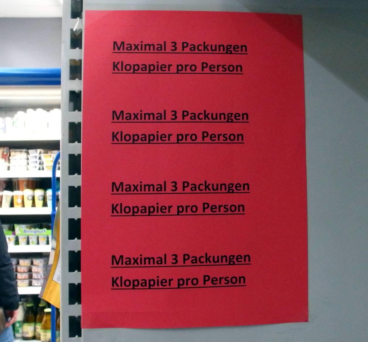 トイレットペーパー売り場の注意書き:「お1人様3パックまで」 © Matsuda Masahiro