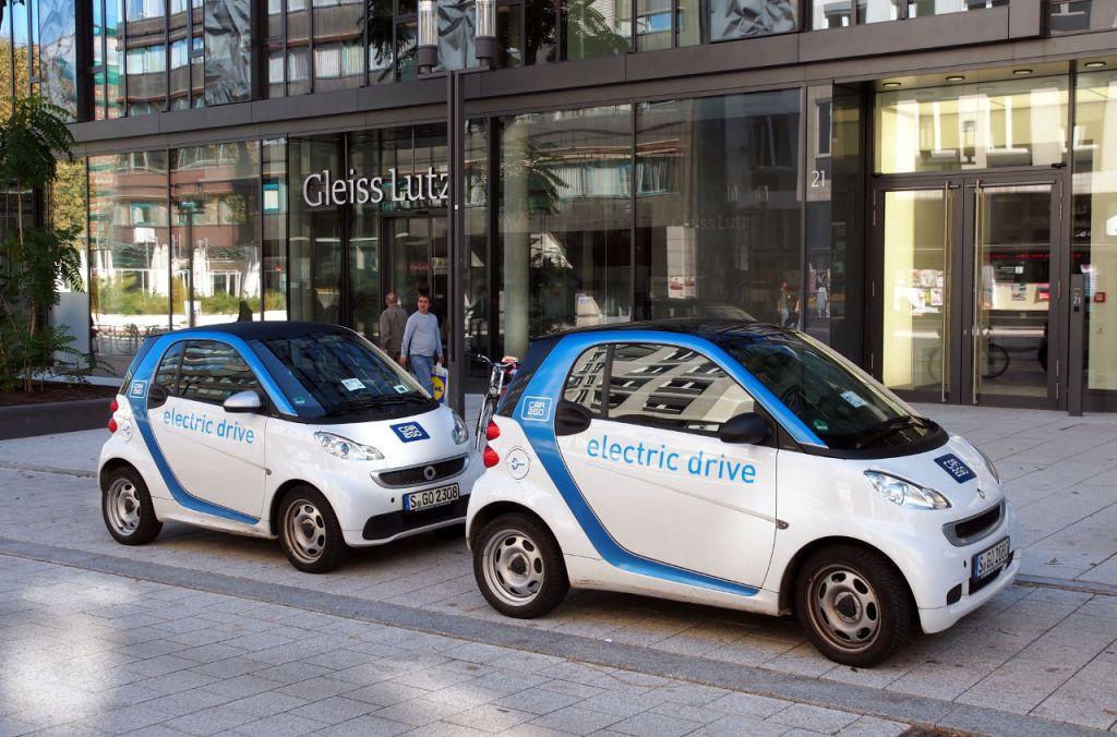 各地でカーシェアリング事業を展開する「Car2Go」 のスマート(EV タイプ)。ここはシュトゥット ガルトだが、会員であればベルリンやアムステ ルダム(オランダ)でも利用できる © Matsuda Masahiro