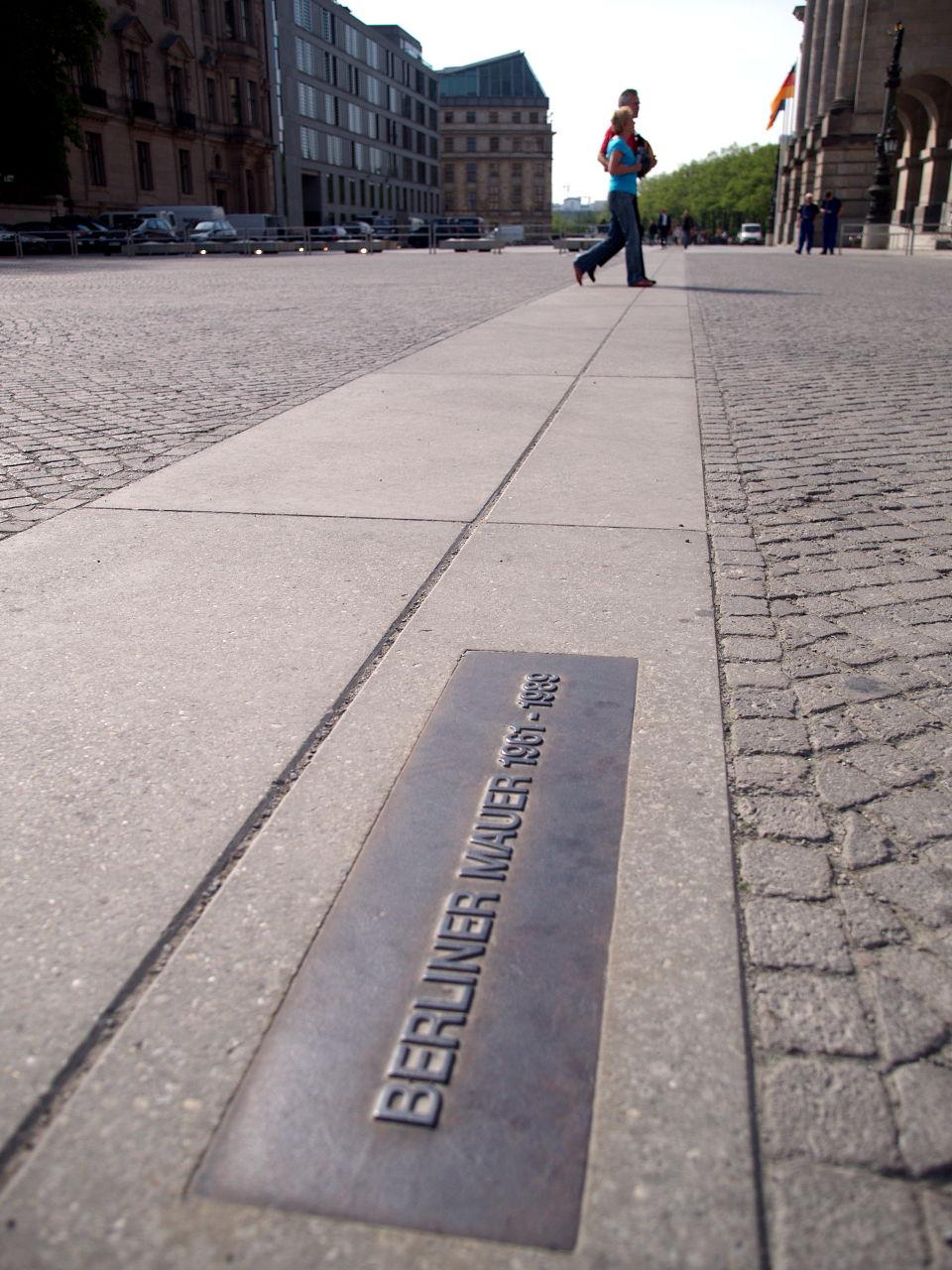 壁があったことを示すプレート。ここは官庁街の一角で画面右側に国会議事堂が建っている、ベルリン、2014.04.15. © Matsuda Masahiro