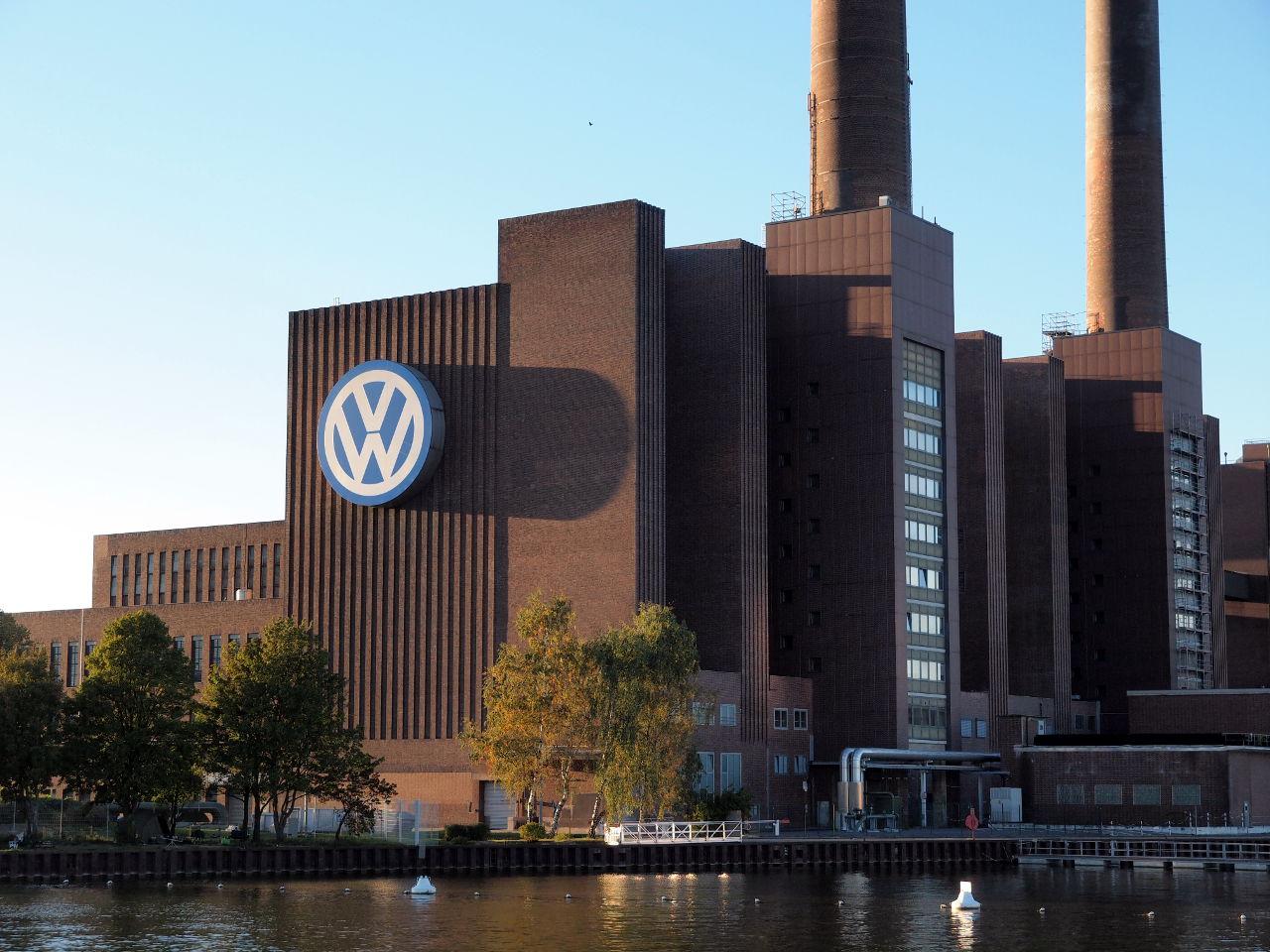 夕陽に照らされたヴォルフスブルクのVW本社工場 © Matsuda Masahiro