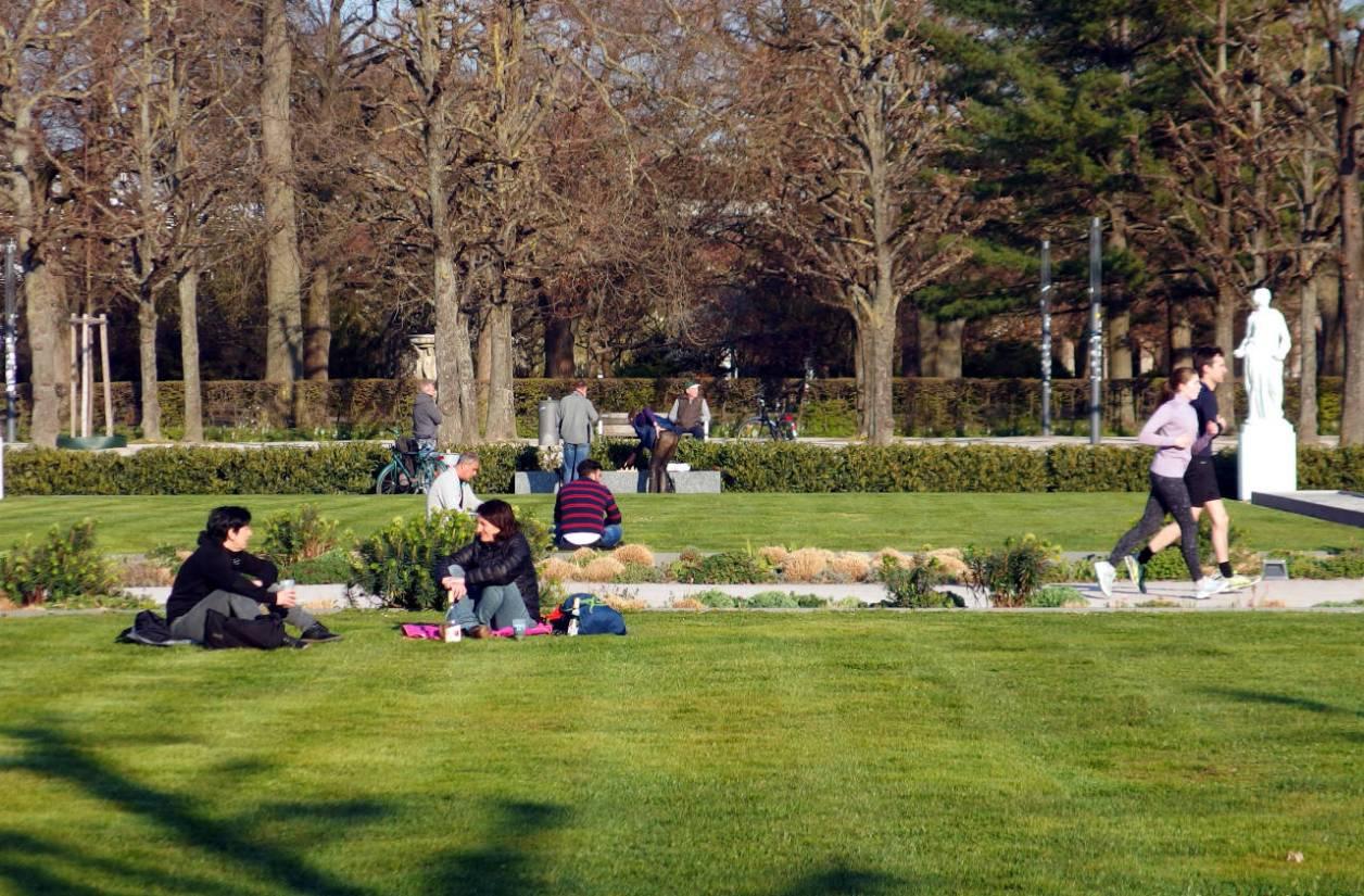 カールスルーエ城公園前の広場でくつろぐ市民。それぞれ密集しないよう気を付けている。4月2日(木)夕方 © Matsuda Masahiro