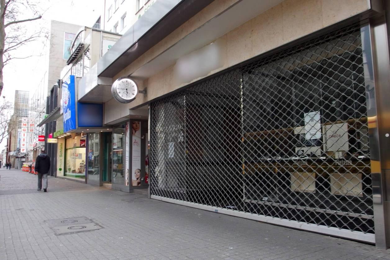 いつになったら、この店のシャッターが開くのだろう。カールスルーエ市のメインストリートにて。4月3日18:30 © Matsuda Masahiro