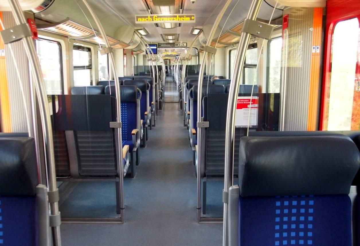普通列車の車内。4月5日(日)15:00撮影。乗客の多い時間帯ではありませんが、いつもに増して利用者はまばら © Matsuda Masahiro