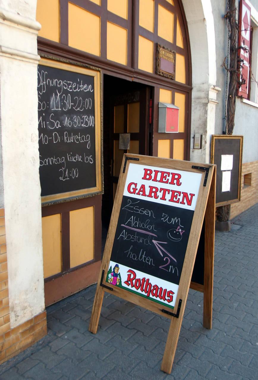 小さな町のレストラン。「テイクアウトできます」の看板 © Matsuda Masahiro
