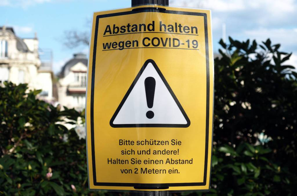 「コロナ感染を防ぐため、2m以上離れてください」バーデン=バーデンの公園にて、2020. 04.11. © Matsuda Masahiro
