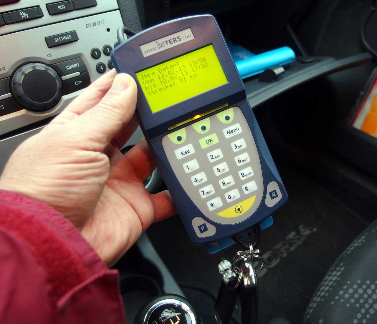 カーシェアリング、①会員カード(ICカード)で車のドアを開ける、②車内備え付けのキーパッド(写真)に暗証番号を入力、③車の鍵をキーパッドから引き抜く、④あとは通常の車と同じ、カールスルーエ、2013.02.12. © Matsuda Masahiro
