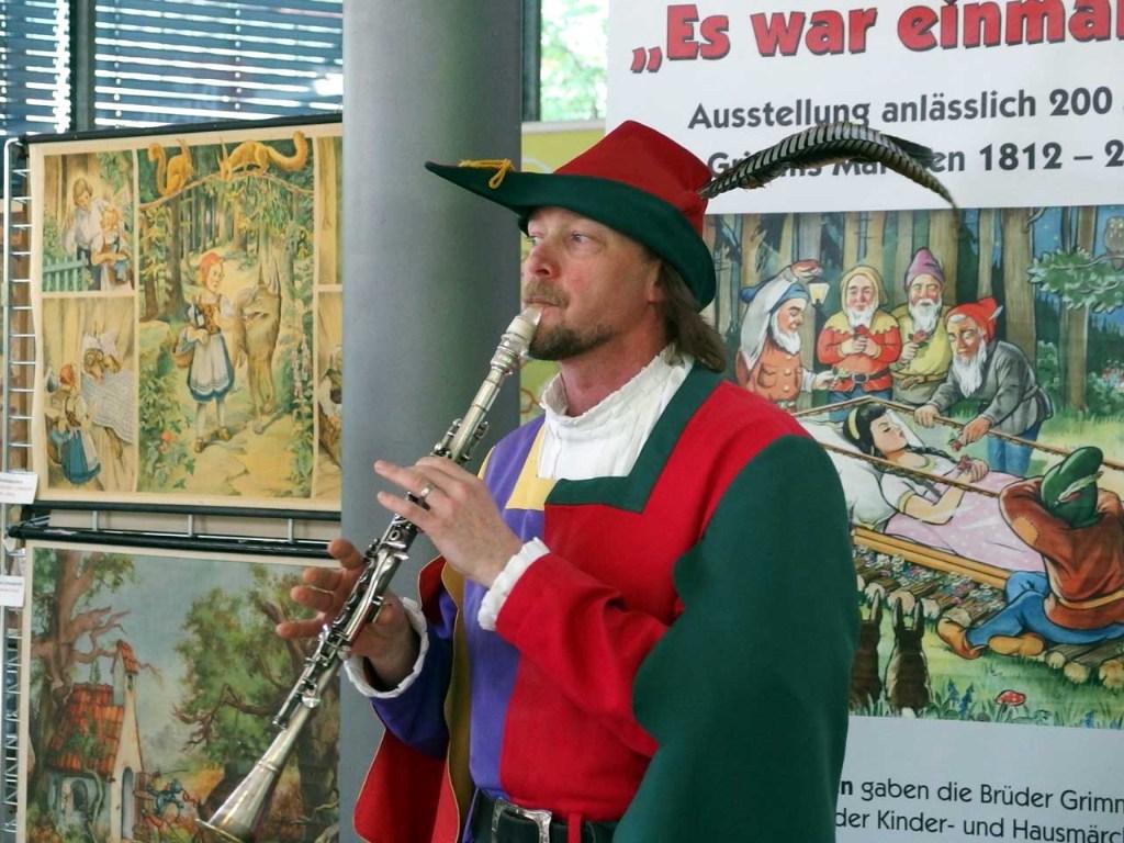 観光インフォメーションで演奏を披露する ハーメルンの笛吹き(協力:Stadt Hameln) © Matsuda Masahiro