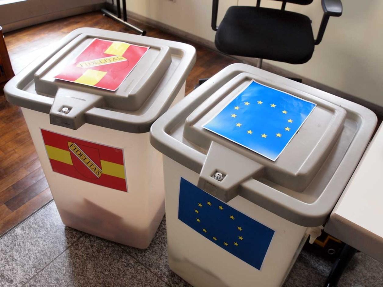 筆者の住むドイツ・カールスルーエ市の投票所に置かれたEU議会選挙の投票箱(右)。左は同日行われた市議会議員選挙の投票箱、カールスルーエ、2014.05.25. © Matsuda Masahiro
