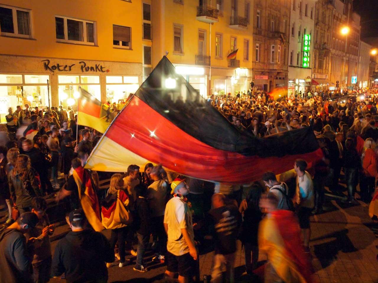 ドイツの優勝が決まり深夜の街に繰り出したサッカーファン、カールスルーエ、2014.07.13. © Matsuda Masahiro
