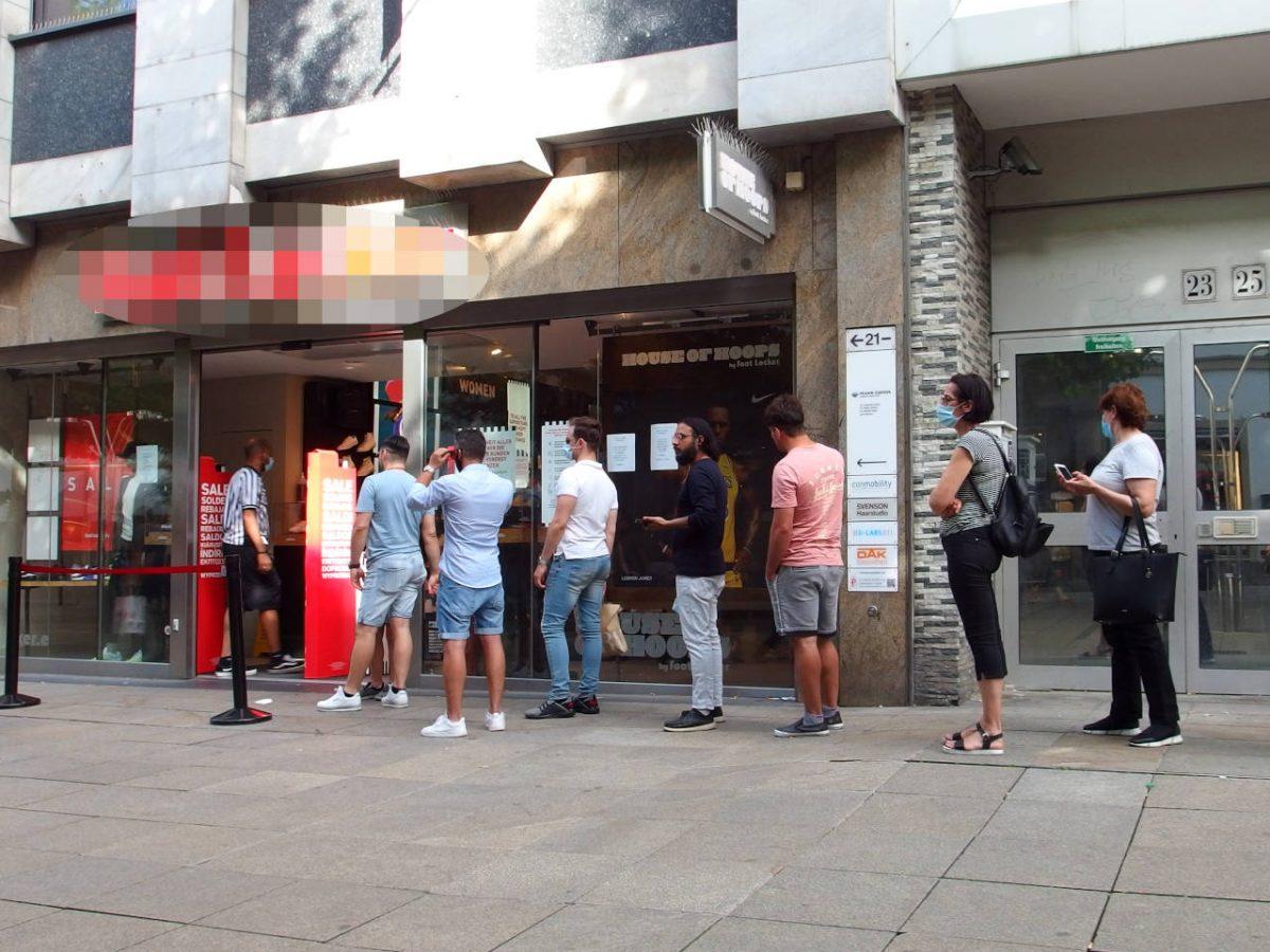 靴屋の前で入店の順番を待つ人、店内に入れる客の数は制限されている、店員(左端)が入場整理をしている、シュトゥットガルト、2020.07.04. © Matsuda Masahiro