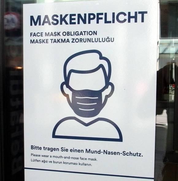 銀行のドアに張られた注意書き、「マスク着用義務」、カールスルーエ、2020.07.11. © Matsuda Masahiro