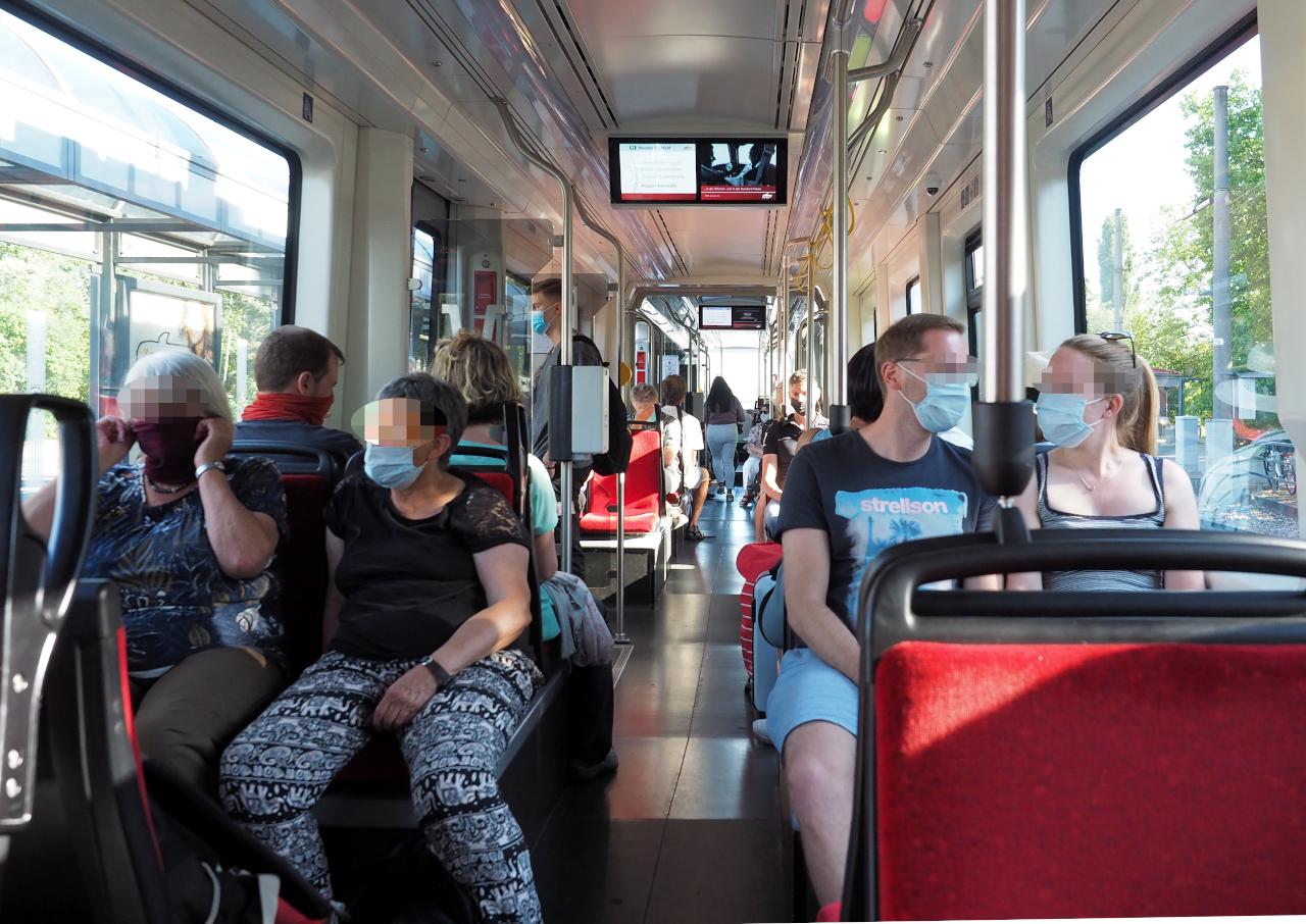 公共交通でのマスク着用は義務、列車内の様子、カールスルーエ、2020.07.12. © Matsuda Masahiro