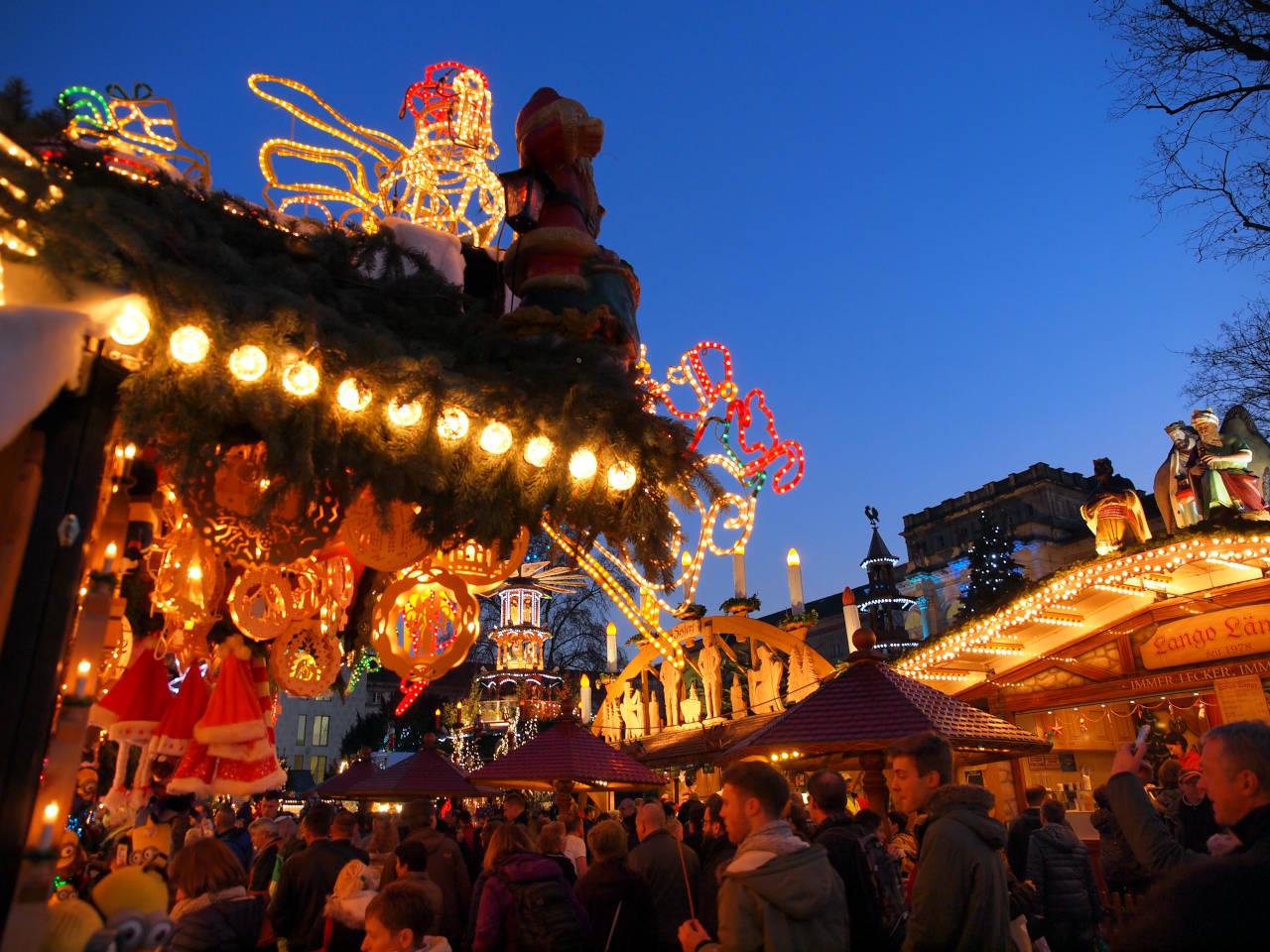 クリスマス市の賑わい、カールスルーエ © Matsuda Masahiro
