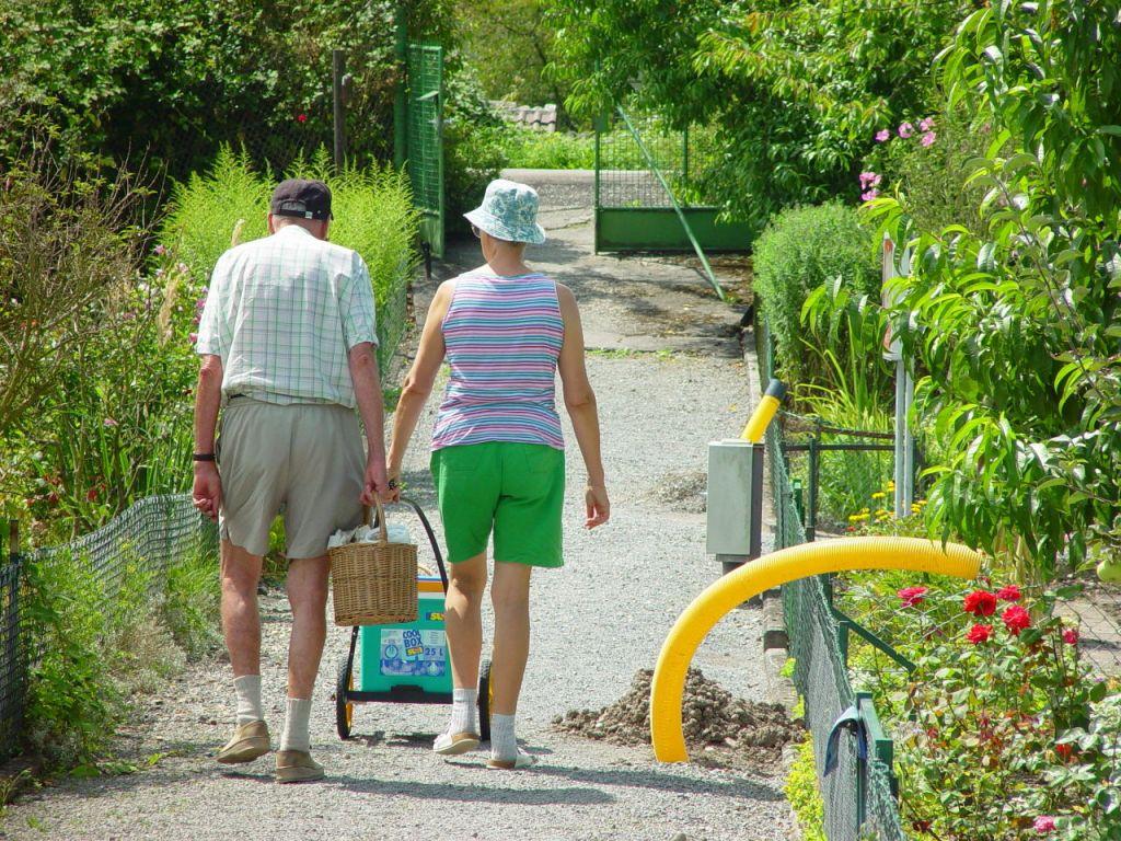 借主は高齢者と小さな子供のいる家族が多いよ うです。ここに写っている黄色いホースは敷地 の水はけをよくするための排水管で、そういっ た工事も協会員が協力して行います、カールスルーエ ©MATSUDA, Masahiro