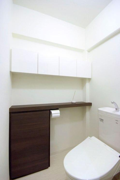 シンプルモダンなトイレのカウンター収納