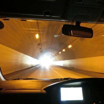 車のライトを異常に白くて明るくしている人は頭が良くない人。