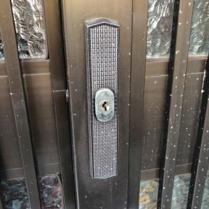 今は廃盤になった玄関の鍵を防犯性の高いディンプルキーに交換します。