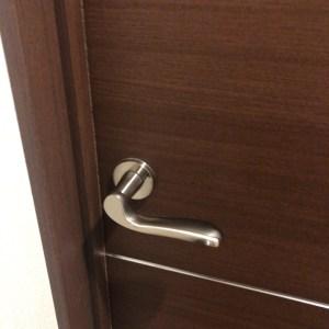 お部屋のドアに鍵を取付致します。