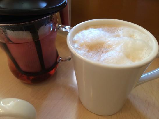 ジョナサンのドリンクバーのお茶とカプチーノ