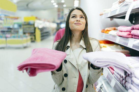 2つのタオルを手に取る女性