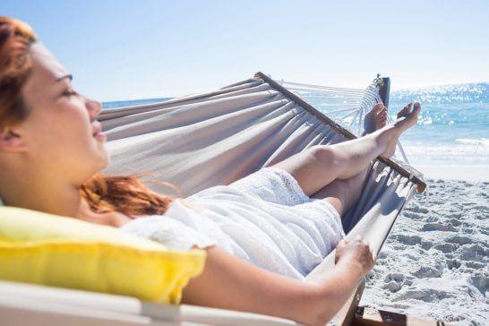 海辺でうたた寝する女性
