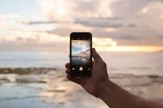 景色を撮影するiPhone