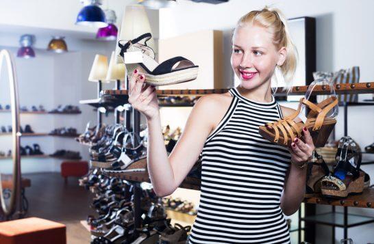 靴を比較する女性