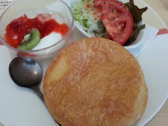 ジョナサンのモーニング (デニッシュと野菜とヨーグルト)