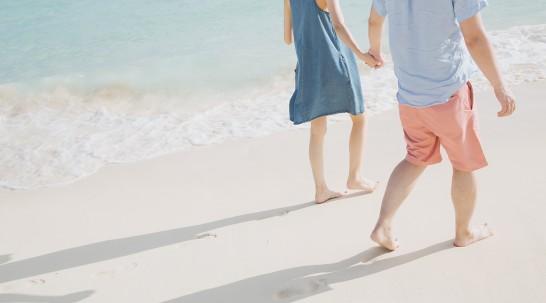 海辺を歩く2人