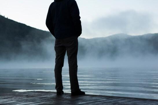 霧の前に立ちすくむ人物