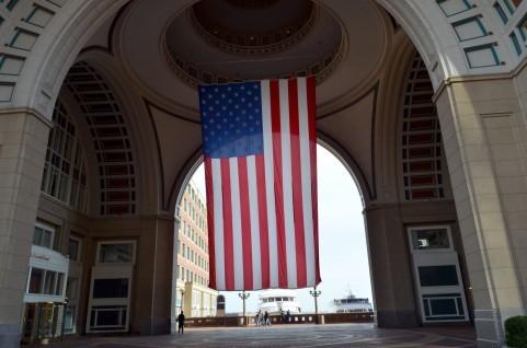 ボストンのビルのアメリカ国旗