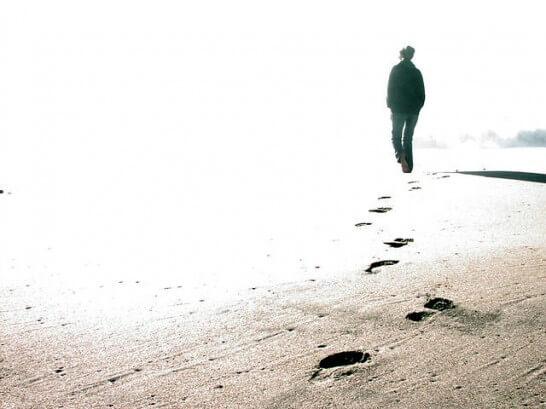 海岸を歩く人