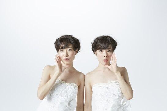 双子の白衣のドレスを着た女性