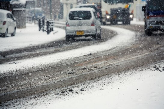 雪が降り始める道路