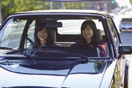 クルマに乗る女性二人