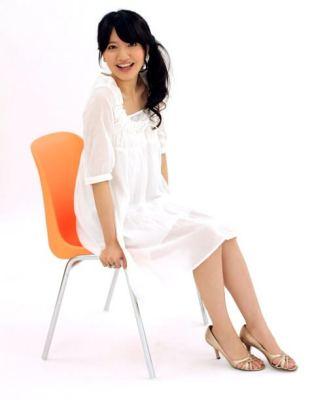 椅子に座る笑顔の女性