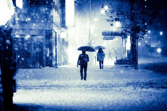 真冬の雪が降る街
