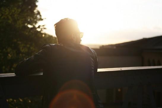 日差しを浴びる男性