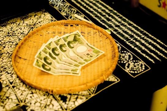 かごに入った千円札